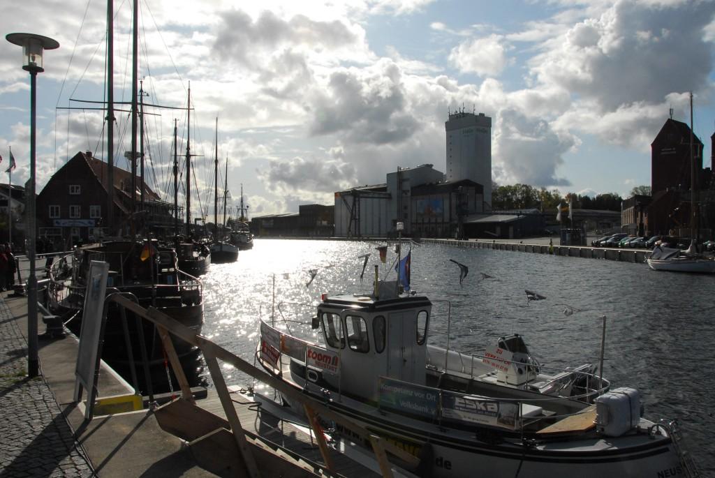 Shoppen in den Küstenstädtchen - der Hafen von Neustadt